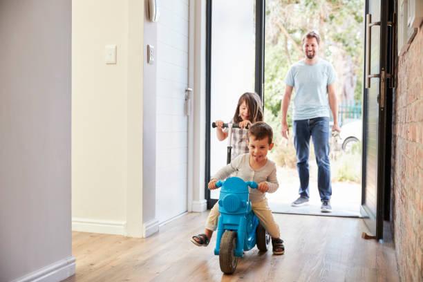 niños muy contentos de llegar a casa con el padre - llegada fotografías e imágenes de stock