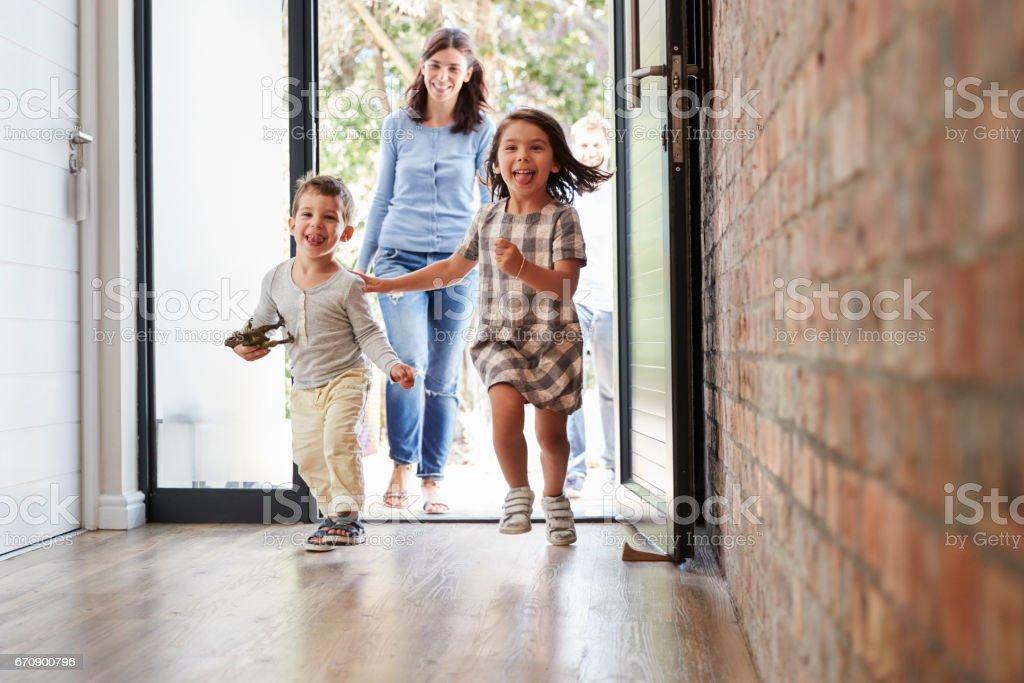 Crianças de chegar em casa com os pais foto de stock royalty-free