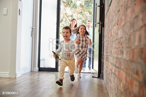 istock Excited Children Arriving Home With Parents 670900812