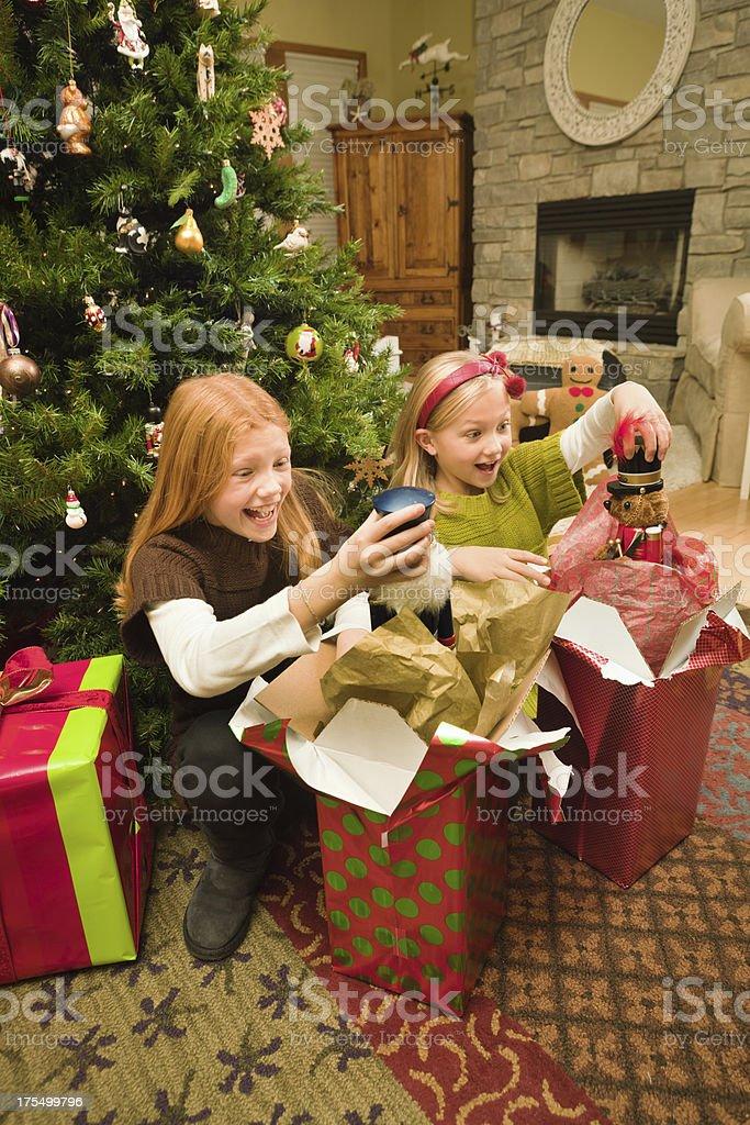 Apertura Regali Di Natale.Entusiasti I Bambini Apertura Regali Davanti Allalbero Di Natale Vt Fotografie Stock E Altre Immagini Di 10 11 Anni Istock