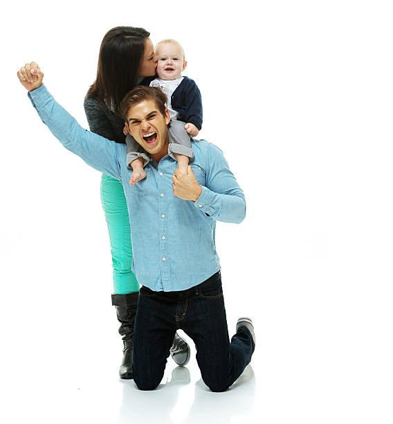 aufgeregt paar jubeln mit ihrem baby - jubeln mutter shirts stock-fotos und bilder