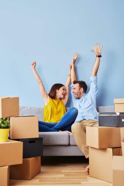 couple excité vers l'appartement neuf - nouveau foyer photos et images de collection