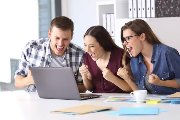 empregados excitados lendo boas notícias no escritório - happy test results - fotografias e filmes do acervo