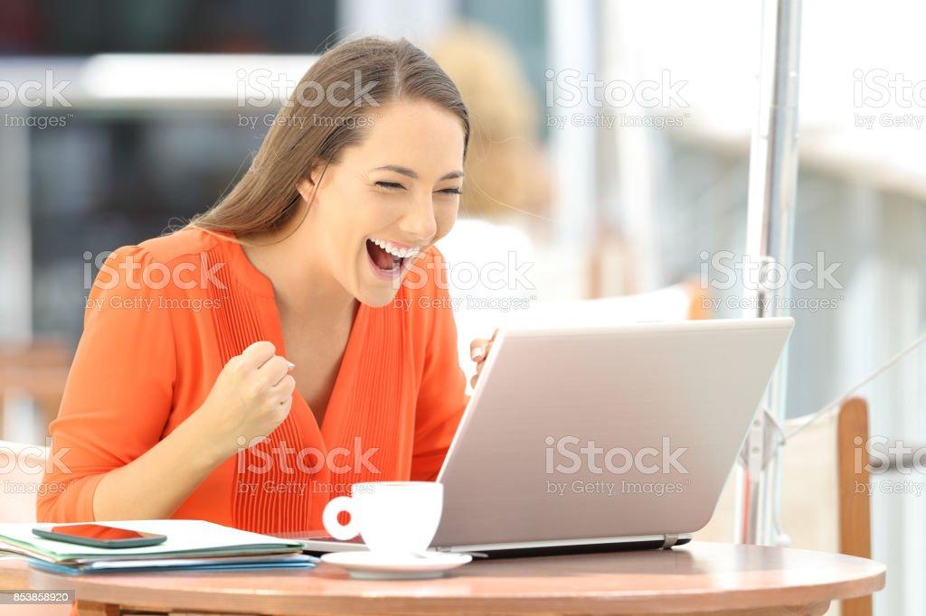 Entrepreneur enthousiaste reçu de bonnes nouvelles en ligne photo libre de droits