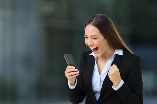 aufgeregt executive erstaunliche nachrichten online lesen - die besten apps stock-fotos und bilder