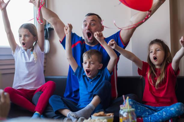 aufgeregt familie - spielabend snacks stock-fotos und bilder