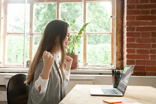 Aufgeregt Weibliche Glückliche Gewinner Onlinelotterie Stockfoto und mehr Bilder von Abmachung