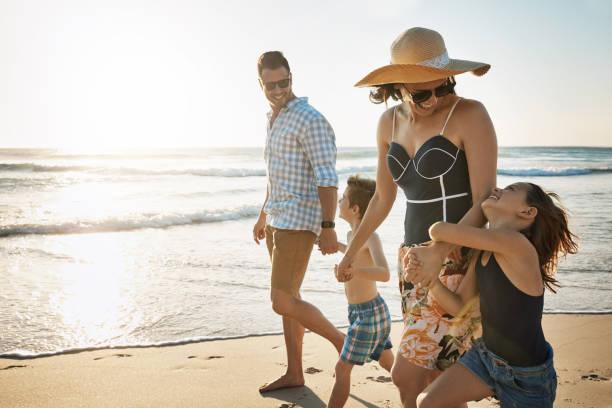햇볕에 하루에 대 한 흥분 - 가족 여행 및 휴가 뉴스 사진 이미지
