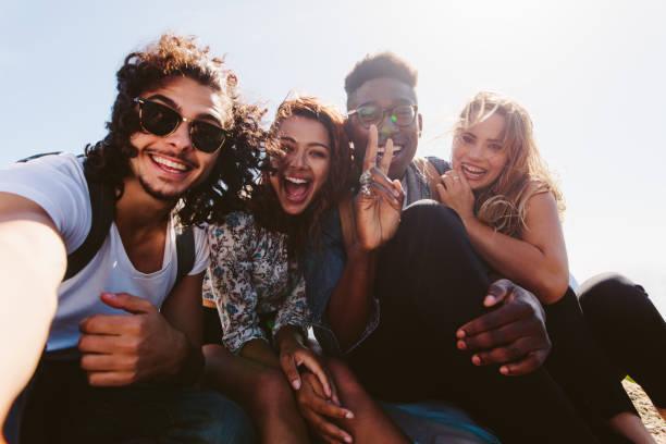 aufgeregt freunde nehmen selfie im freien - happy weekend bilder stock-fotos und bilder