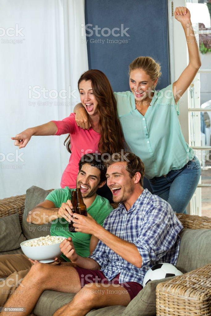 Arkadaşlar futbol maçı evde televizyon izlerken heyecanlı royalty-free stock photo