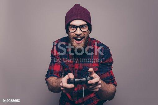 istock Hombre hipster feliz emocionado jugando videojuegos 945088650 f2301fac473f