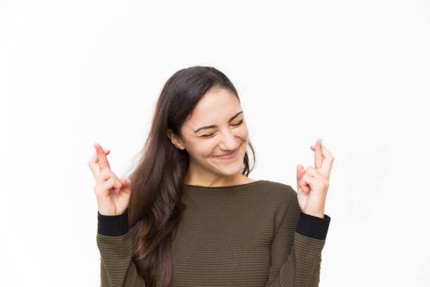 Aufgeregt glückliche Latin Frau hält die Daumen gekreuzt – Foto