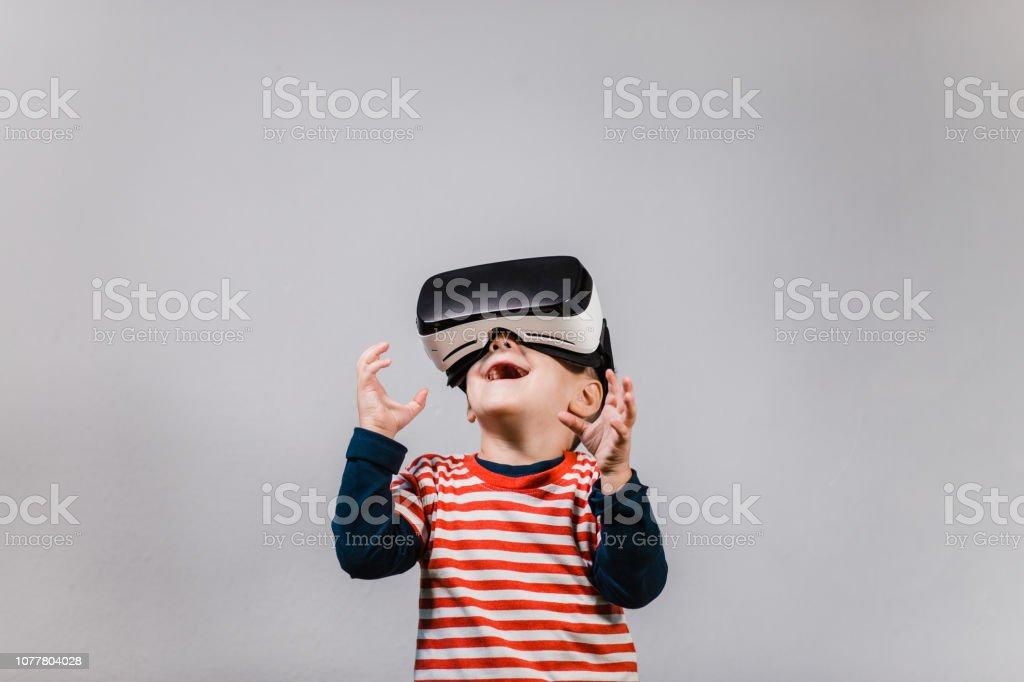 VR メガネを楽しんで興奮している子供。 ロイヤリティフリーストックフォト