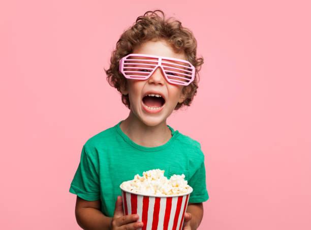 Gamin excité avec pop-corn - Photo