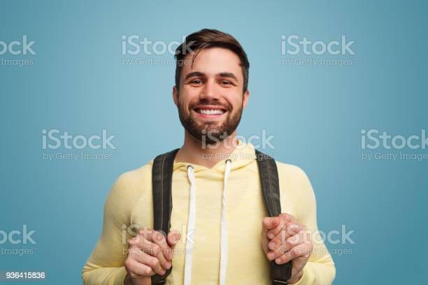 Aufgeregt Lachenden Männlichen Studenten Auf Blau Stockfoto und mehr Bilder von Lernender