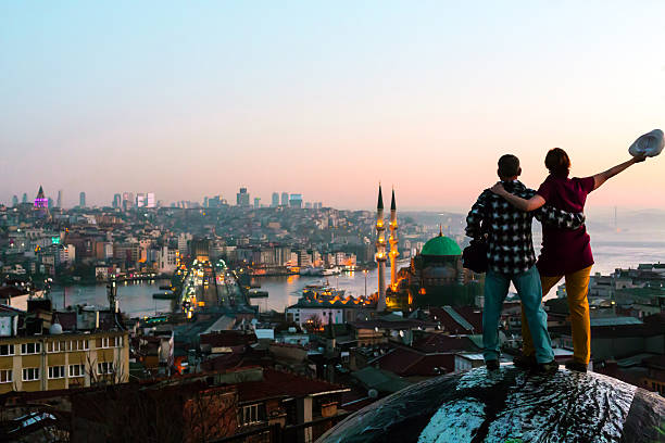 Excited Man and Woman staying rooftop overlooking city at sunrise – Foto