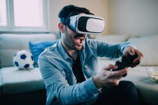 Aufgeregt Mann virtual-Reality-Spiele spielen – Foto