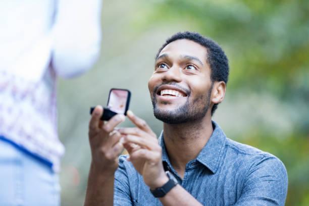 aufgeregt mann schlägt vor, freundin - verlobung stock-fotos und bilder