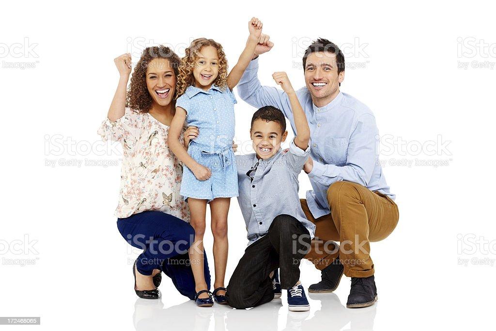 Aufgeregt Eltern und zwei Kinder jubeln gemeinsam auf Weiß – Foto