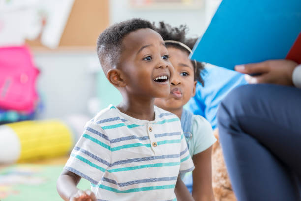 aufgeregt vorschule junge geschichtezeit genießen - leseunterricht stock-fotos und bilder
