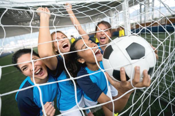 opgewonden voetballers vieren ze scoorde een doelpunt - soccer goal stockfoto's en -beelden