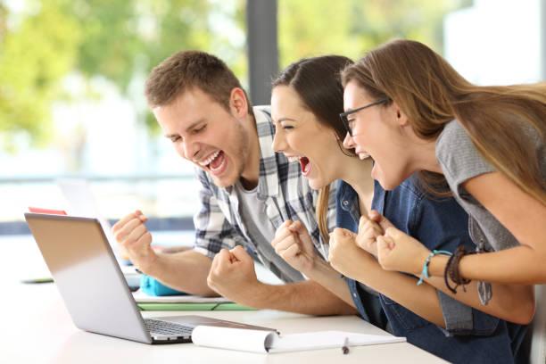 estudantes animados ler boas notícias na sala de aula - happy test results - fotografias e filmes do acervo