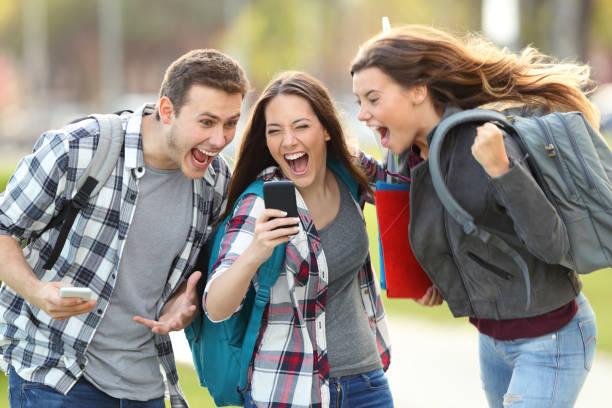 aufgeregt, studenten erhalten gute nachricht am telefon - suche freundin stock-fotos und bilder
