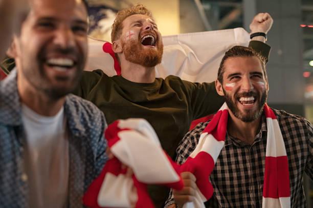opgewonden supporters die na de overwinning jubelen - internationale voetbal stockfoto's en -beelden