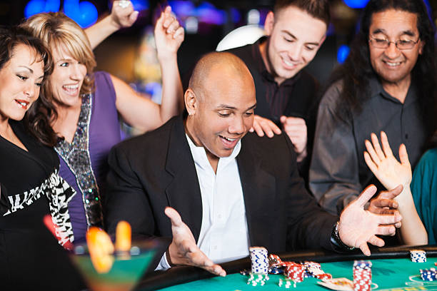 Aufgeregt Gewinner am blackjack-Tisch, umgeben von glücklichen Freunde – Foto