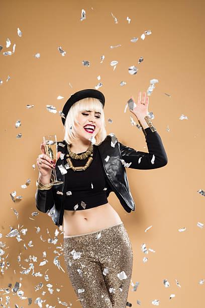 animado mulher segurando uma taça de champanhe entre confete - sorriso carnaval - fotografias e filmes do acervo