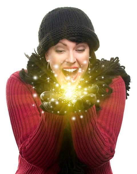 aufgeregt frau in winterkleidung für etwas glitzernden - schal mit sternen stock-fotos und bilder