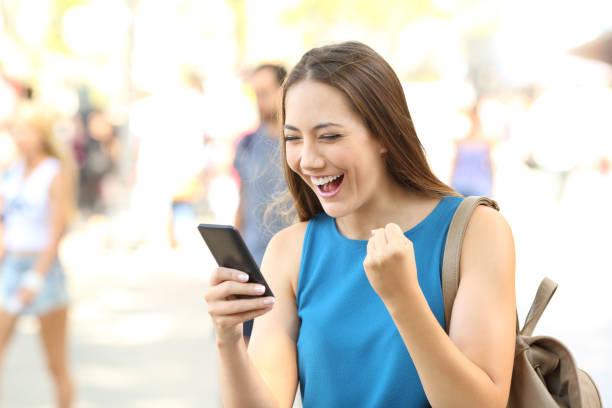 mulher excitada lendo noticias on-line - happy test results - fotografias e filmes do acervo