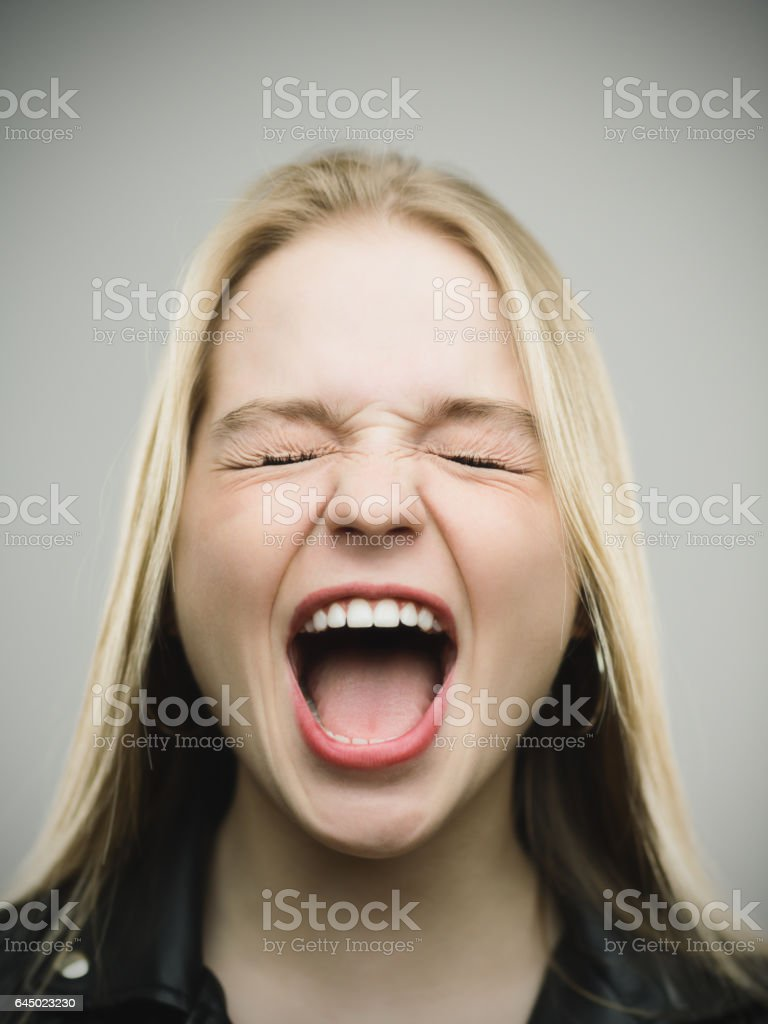 Femme excitée crier sur fond gris - Photo