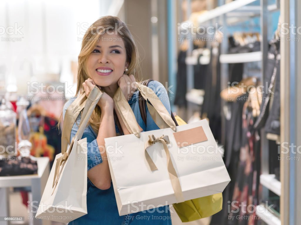 Excited woman shopping for clothes at a store - Royalty-free 30-39 Anos Foto de stock