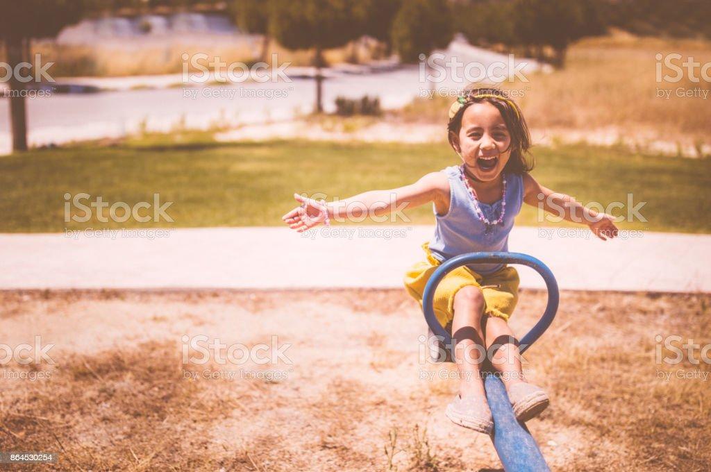 Excitada a jovencita asiática que se divierten en el patio - foto de stock