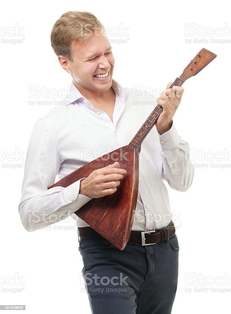 Aufgeregt junger Mann spielen balalaika, isoliert auf weiss – Foto