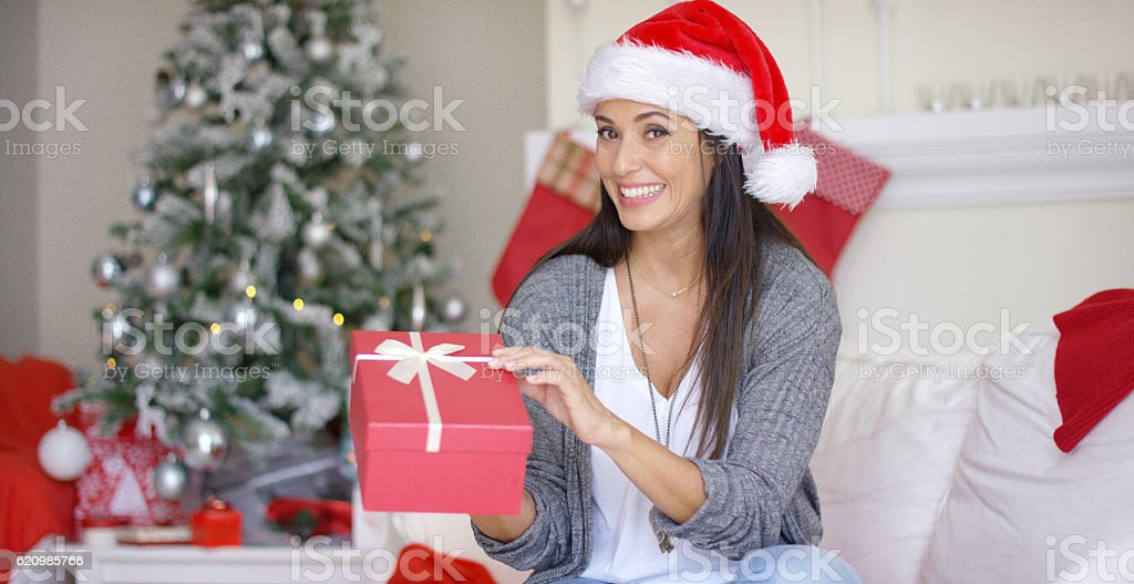 Excited young woman opening a Christmas gift foto royalty-free