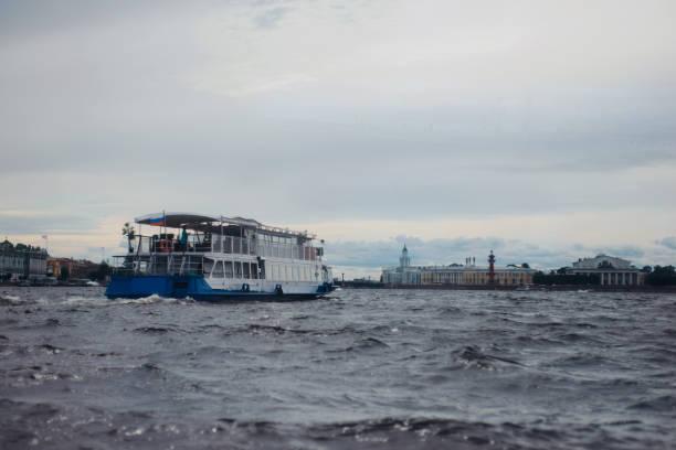 excursie motor boot of schip op de rivier de neva, st. petersburg, rusland. rusland concept op het gebied van reizen en toerisme - neva stockfoto's en -beelden