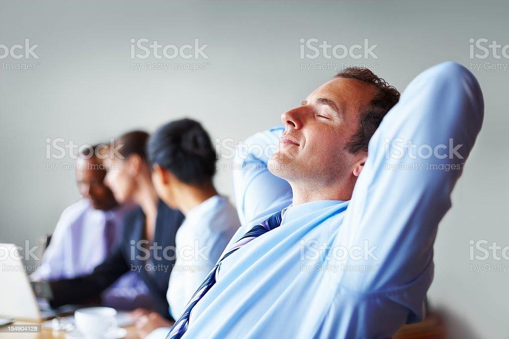 Executive eine Pause, entspannen Sie sich in einem Stuhl Lizenzfreies stock-foto