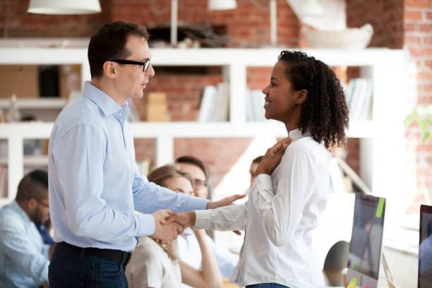 handshaking de líder de equipe executiva animado empregado africano orgulhoso, recompensando o conceito - admiração - fotografias e filmes do acervo