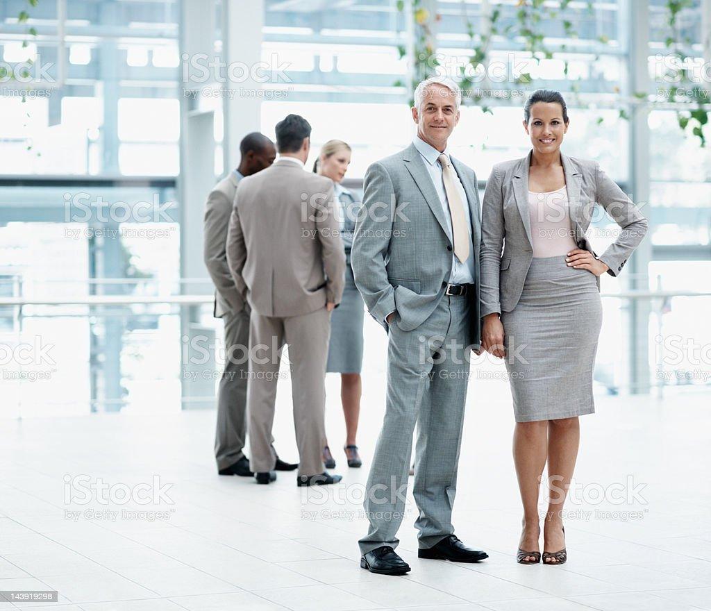 Führungskräfte gibt Ihnen einen freundlichen Lächeln Lizenzfreies stock-foto