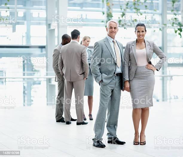Führungskräfte Gibt Ihnen Einen Freundlichen Lächeln Stockfoto und mehr Bilder von Anzug