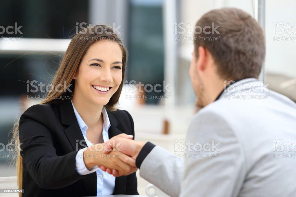 Handshaking cadres dans un coffee shop - Photo