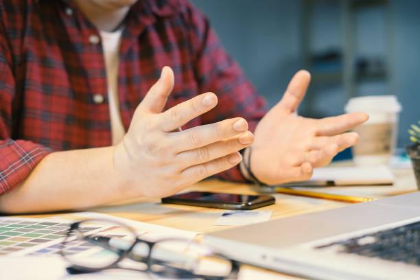 Führungskräfte, hören auf die Meinung des Teams. Junge erfolgreiche Geschäftsleute Interaktion, Diskussion und Austausch von Ideen in hellen modernen Büro mit geballten Fäusten. – Foto
