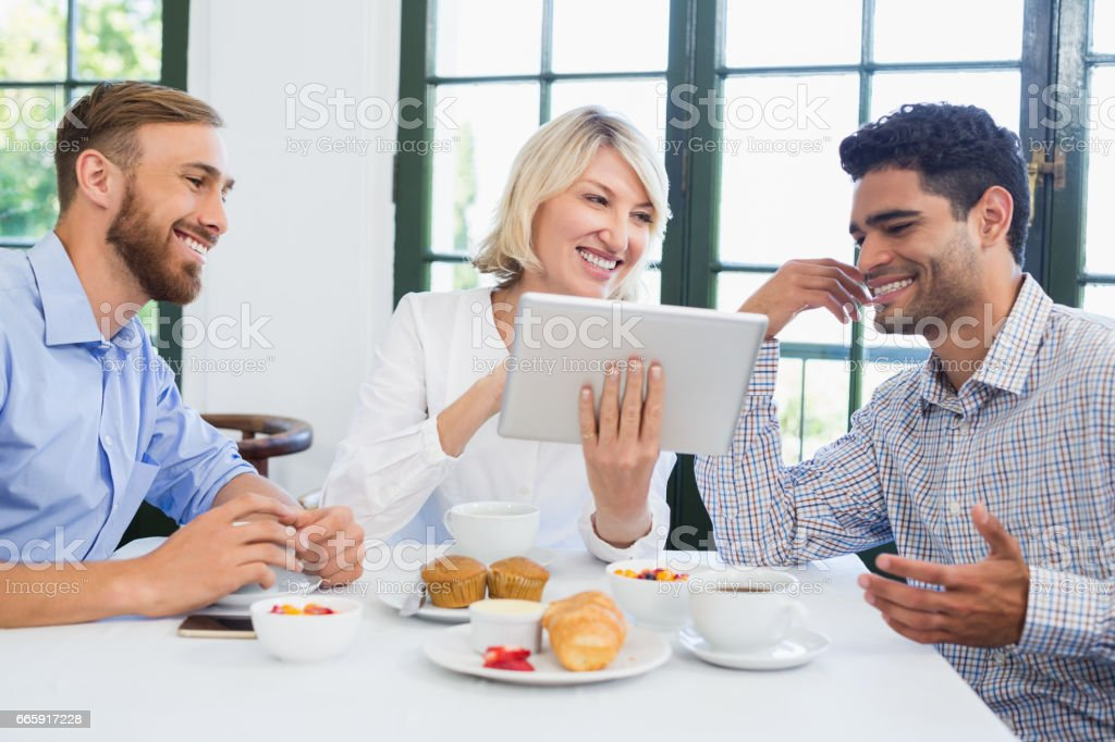 Executives using digital tablet in a restaurant foto stock royalty-free