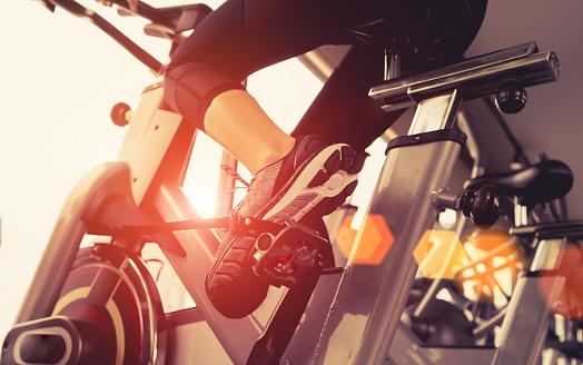 Foto de Exercício De Treino De Bicicleta Cardio No Ginásio De Fitness Da Mulher Tendo Perda De Peso Com Máquina Aeróbia Para Magro E Firme Saudável Pela Manhã e mais fotos de stock de Academia de ginástica