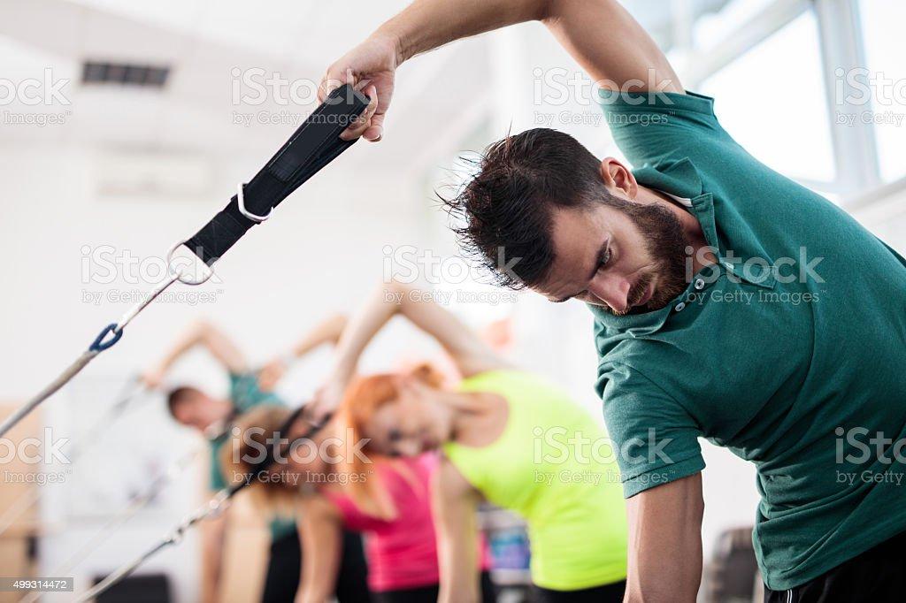 bcabdaea5841 Ćwiczenia Pilates klasy na maszyny w centrum odnowy biologicznej. zbiór  zdjęć royalty-free