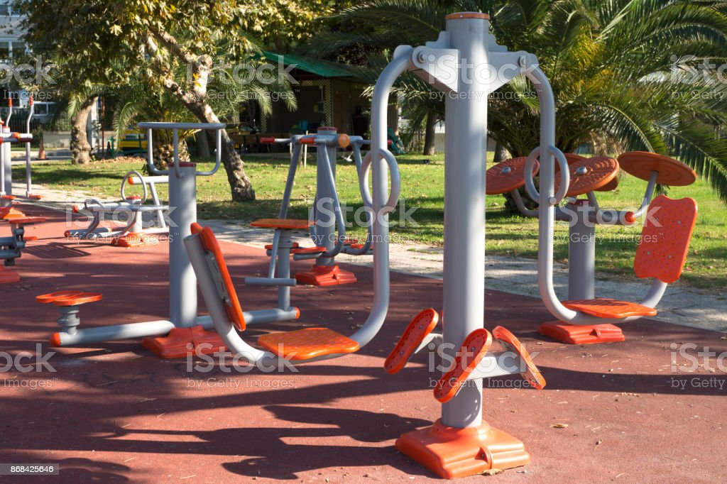 Übung Ausrüstung und Outdoor-Fitness mit Palmen Bäume Hintergrund. – Foto