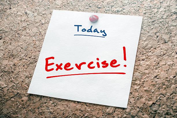 übung erinnerung für heute auf papier steckern auf kork-board - trainingstagebuch stock-fotos und bilder