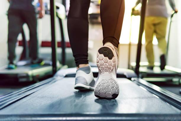 üben sie laufband cardio workout im fitness-studio von frau, die gewichtsabnahme mit aerobic-maschine für slim und feste gesunde morgens laufen. konzept der lauf- und sport. laufenden athleten - gewicht schnell verlieren stock-fotos und bilder